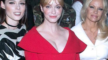 Na zdjęciu w środku aktorka Christina Hendricks. Obok, wydawałoby się, że posiadaczka dużego biustu - Pamela Aderson