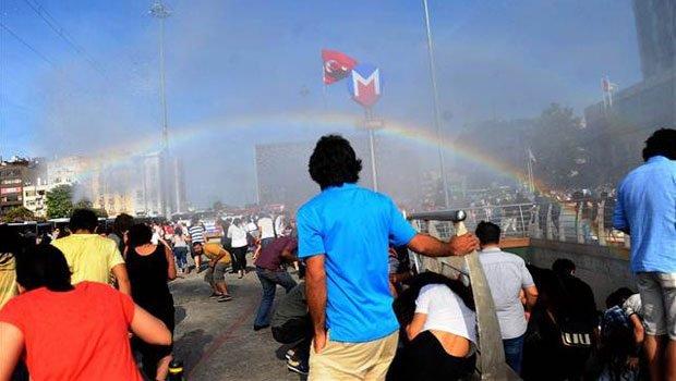 Turecka policja pr�bowa�a rozp�dzi� parad� Gay Pride armatkami wodnymi. I nagle...