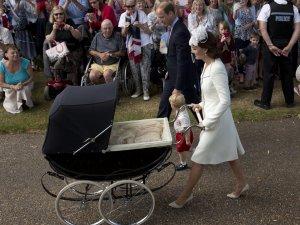 Chrzest ksi�niczki Charlotte. Na zdj�ciu: ksi��� William, ksi��� Jerzy, ksi�na Kate, ksi�niczka Charlotte