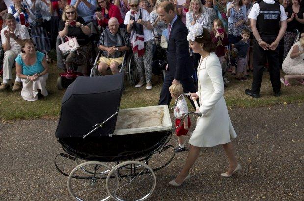 Chrzest księżniczki Charlotte. Na zdjęciu: książę William, książę Jerzy, księżna Kate, księżniczka Charlotte