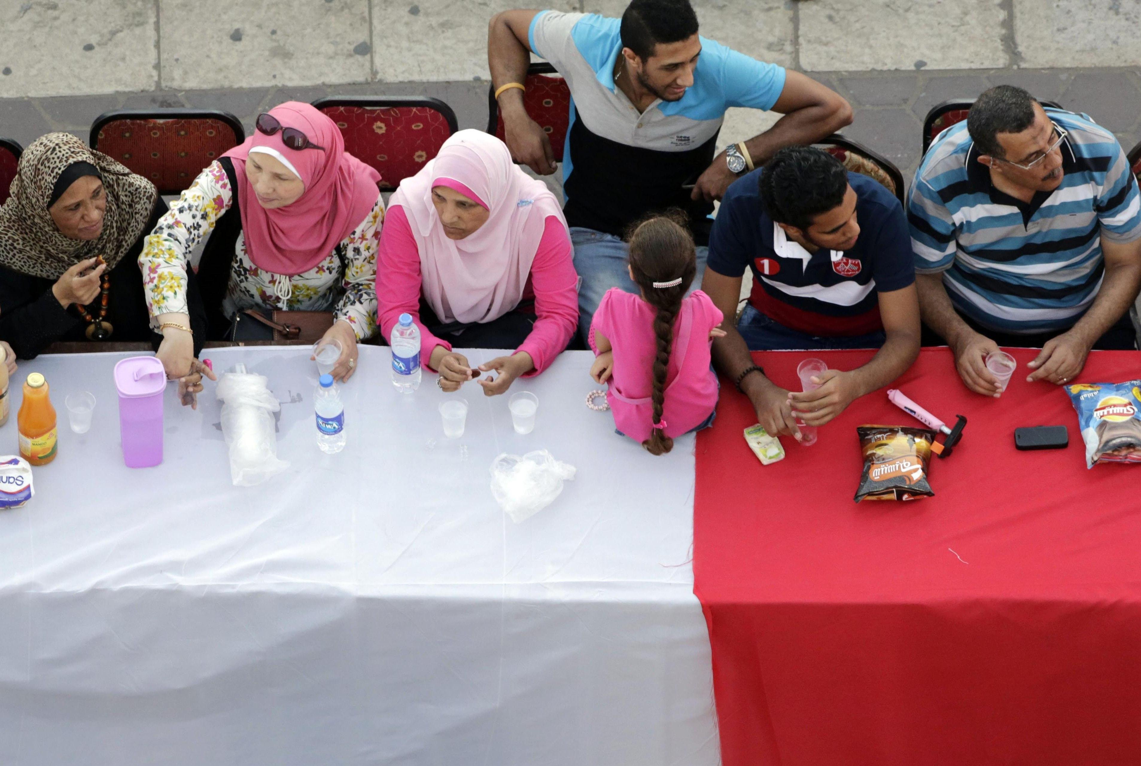 Egipska rodzina zebrana przy stole podczas Ramadanu (Amr Nabil / AP Photo)