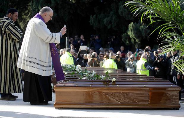 Pogrzebano je anonimowo. Białe róże na trumnach 26 nastolatek wyłowionych z morza