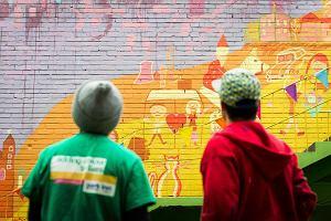 Malują mural w Nowej Hucie, dodają życiu kolorów [ZDJĘCIA]