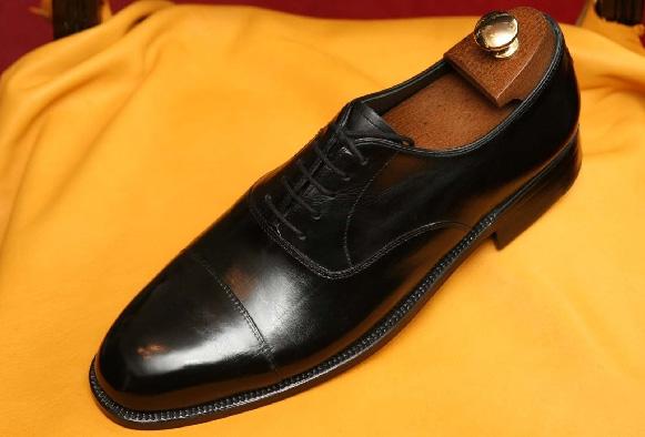 0758934bdb97a Pracownia Jan Kielman proponuje ponad sto różnych modeli butów dla pań i  panów, logo z