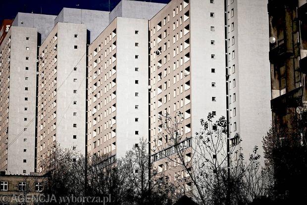 Mieszkaniowy absurd. Chcesz zabudowa� balkon? Musisz mie� zgod� wszystkich s�siad�w