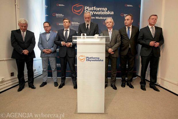 Konferencja wielkopolskiej Platformy Obywatelskiej, podczas której niektórzy członkowie partii oficjalnie poparli Rafała Grupińskiego (w środku) w wyborach na szefa regionu