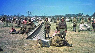 Wiosną 1941 r. Stalin dostał wiele ostrzeżeń, że Niemcy szykują się do najazdu na ZSRR, Richard Sorge dowiedział się nawet o dacie inwazji i niezwłocznie powiadomił Moskwę. Jednak Stalin przekonany, że w lecie tego roku Hitler nie zaatakuje, wszystkie ostrzeżenia lekceważył, czym przyczynił się do powięk??szenia rozmiarów klęski, jaką poniosła  zaskoczona atakiem Armia Czerwona. Na zdjęciu z lata 1941 r. wzięci do niewoli radzieccy żołnierze w prowizorycznym obozie jenieckim.