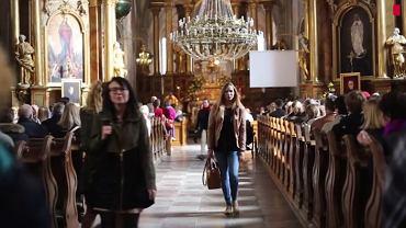 Kobiety wychodzą z kościoła św. Anny, gdy ksiądz zaczyna czytać list episkopatu w sprawie aborcji.
