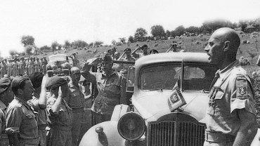 Kazimierz Sosnkowski (stoi w furażerce w drzwiach samochodu) podczas święta 1 Pułku Ułanów Krechowieckich. Pierwszy z prawej gen. Władysław Anders.