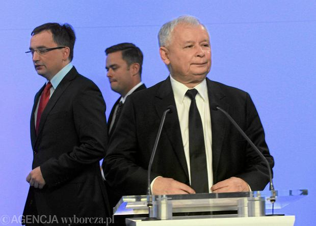 Jarosław Kaczyński, w tle Zbigniew Ziobro i Adam Hofman