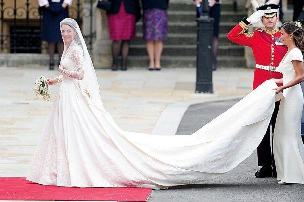 270df63c06 Kate Middleton w sukni projektu Sary Burton z domu mody Alexander McQueen  Fot.