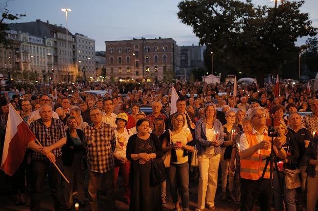 Zdjęcie numer 16 w galerii - Tłumy przed Sądem Okręgowym w Łodzi. Protest przeciwko zmianom PiS w sądownictwie [ZDJĘCIA]