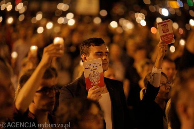 Zdjęcie numer 104 w galerii - Tłumy przed Sądem Okręgowym w Łodzi. Kolejny dzień protestów przeciwko zmianom PiS w sądownictwie [ZDJĘCIA]