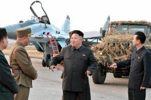 Kim Dzong Un na przegl�dzie si� powietrznych. Humory dopisuj�
