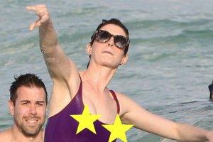 Na Anne Hathaway kto� chyba rzuci� kl�tw�. Ch��d, cienki materia� i woda zrobi�y swoje
