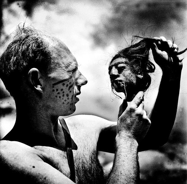 Gdy pytano Halika, czy skąpe owłosienie nie przeszkadza mu w życiu, odpowiadał, że wręcz przeciwnie: dzięki temu łowcy głów, Indianie Jivaro, wśród których przebywał w Ekwadorze, nie mieli go jak złapać za włosy. Trafił do nich na początku 1958 roku. Twierdził, że życie uratowało mu też to, że śpiewając polskie przyśpiewki ludowe, uzdrowił syna wodza. Do domu w Buenos Aires przywiózł za to kilka tsantsa, głów spreparowanych przez Jivaro. Przepis na tsantsa: zabić wroga, odciąć mu głowę, z czaszki zdjąć skórę wraz z włosami, zszyć usta i powieki, a następnie wygotować. Przez szyję nasypać rozgrzany piasek, zaszyć, umieścić nad ogniem do stwardnienia i sczernienia.