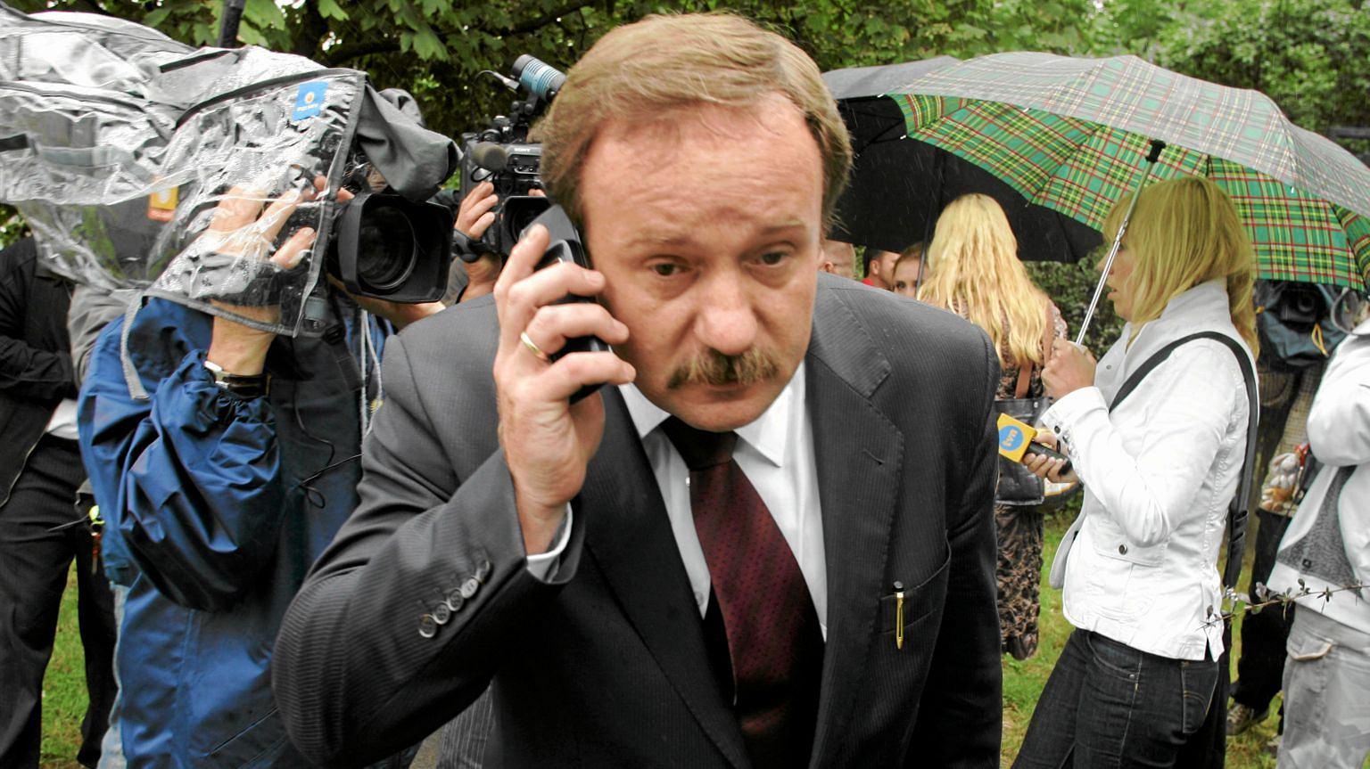 Rok 2010, mecenas Piotr Pszczółkowski udaje się na spotkanie rodzin ofiar katastrofy smoleńskiej z prokuratorami