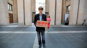 Rafał Trzaskowski podczas przekazania 35 tys. podpisów z apelem o dostęp dzieci z niepełnosprawnością do szkół