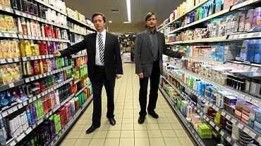 Paweł i Piotr Wosiowie w sklepie sieci Piotr i Paweł w Poznaniu, październik 2010 r.
