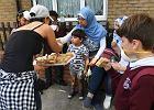 Ludzie robią wszystko, by pomóc sąsiadom. Krzepiące obrazy z Londynu