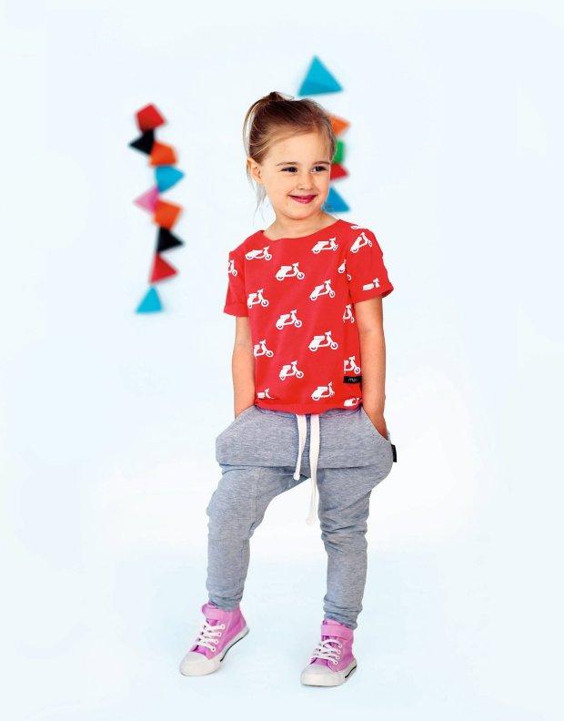 Modne ubrania dla małych dam projektowane przez światowej sławy marki odznaczają się ciekawymi krojami i nowoczesną kolorystyką. Odzież dla dziewczynek nie musi składać się wyłącznie z sukienek w cukierkowym kolorze różu - projektanci przekonują, że na topie są także stroje w wielu innych zdecydowanych kolorach, które na pewno przypadną do gustu kilkulatkom.