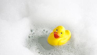 Zabawki do kąpieli: kiedyś żółta kaczuszka, dziś skomplikowane konstrukcje do mocowania na ścianie.