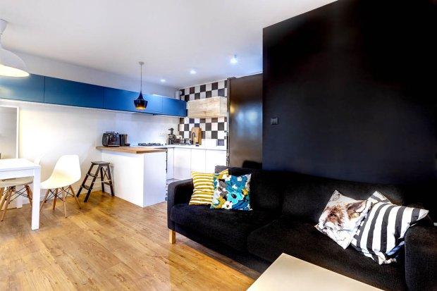 W części wypoczynkowej dominuje czerń. W tym kolorze jest ściana i kanapa.