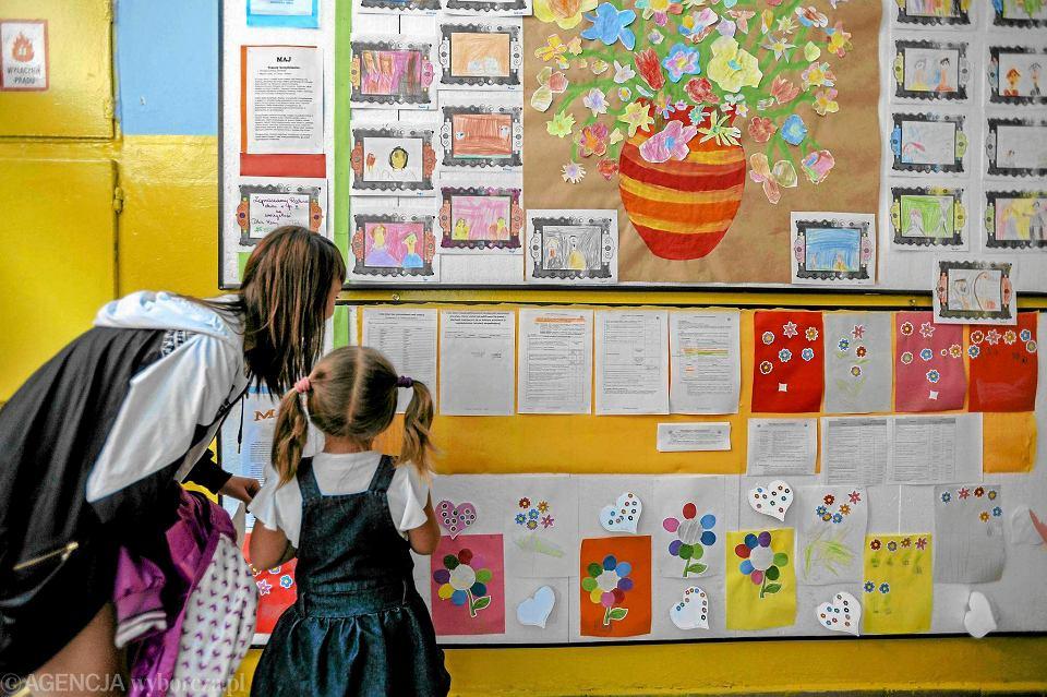 Wyniki rekrutacji do przedszkoli będą znane w połowie kwietnia (na zdjęciu ogłoszenie list w jednym z przedszkoli we Wrocławiu). Jednak już teraz wiadomo, że np. w Poznaniu z kwitkiem odesłano ponad 900 rodziców trzylatków