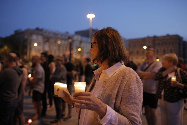 Zdjęcie numer 15 w galerii - Tłumy przed Sądem Okręgowym w Łodzi. Protest przeciwko zmianom PiS w sądownictwie [ZDJĘCIA]