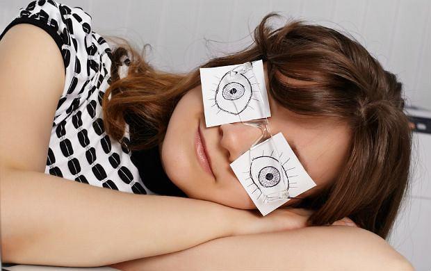 Sposoby na podkr��one oczy: co poradzi�aby ci wiza�ystka, kosmetyczka i babcia?