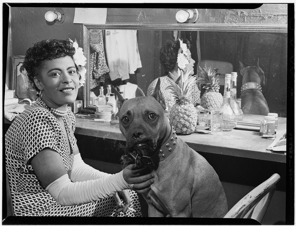 Billie Holiday ze swoim psem w Nowym Jorku, 1946 r. (fot. William P. Gottlieb / Wikimedia.org / Domena publiczna)