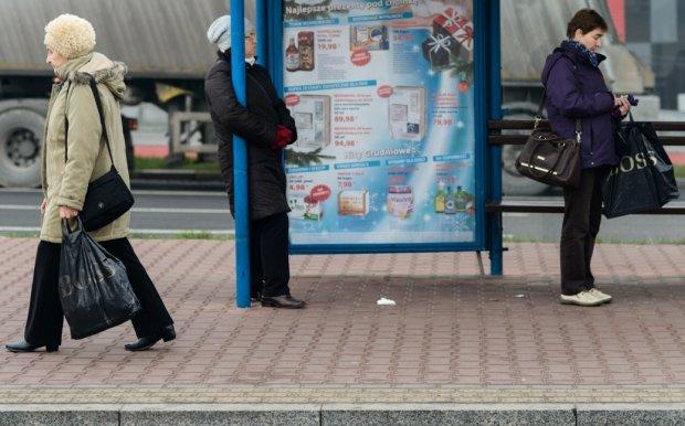 Człowiek z czarną reklamówką. ''Na śniadanie, do pracy, na znicze'' - siatka Boss to przedmiot kultowy