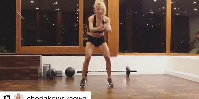 Szybki trening, który zrobisz w pracy od Ewy Chodakowskiej