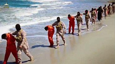 Etiopscy chrześcijanie chwilę przed egzekucją. To kadr z wideo opublikowanego w kwietniu 2015 r. przez grupę libijskich radykałów powiązaną z Państwem Islamskim