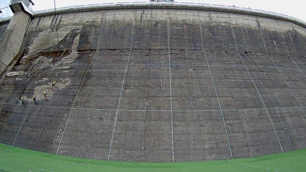 Zdj cie nr 2 w galerii mural malowany wod powstaje w for Mural na tamie w solinie
