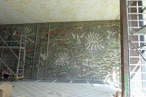 Podczas remontu w akademiku UJ zniszczono cenn� mozaik� i rze�b�