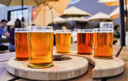 Piwo zawiera sporo krzemu, więc dobrze wpływa na kości / Pinterest