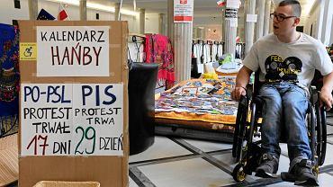 Adrian Glinka podczas protestu rodziców osób niepełnosprawnych w Sejmie