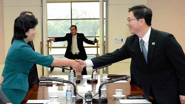 Przedstawiciele Korei Północnej i Południowej podczas spotkania poświęconego poprawie stosunków obu państw.
