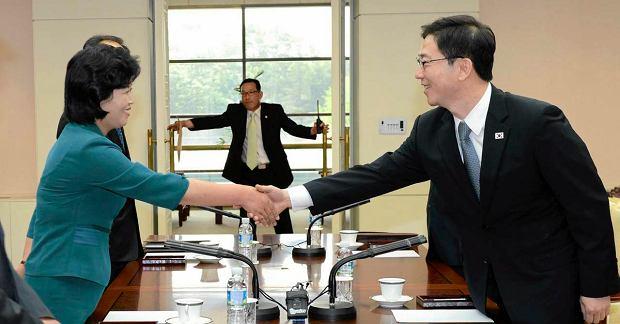 Przedstawiciele Korei P�nocnej i Po�udniowej podczas spotkania po�wi�conego poprawie stosunk�w obu pa�stw.