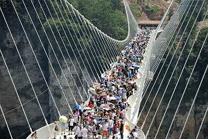 Chińczycy wybudowali szklany most 300 m nad ziemią. Uszkodzili go, a po pękniętym szkle przejechali samochodem