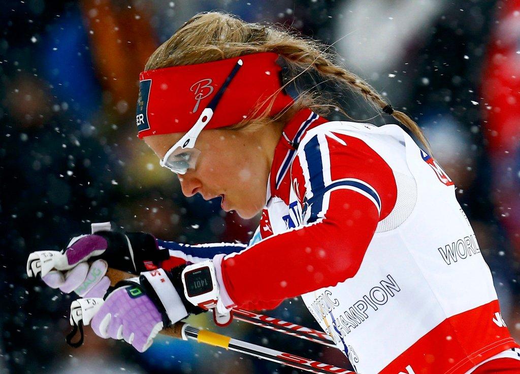 Zmagająca się z pogodą <b>Therese Johaug</b>. Wszystkie Norweżki miały we wtorek ''pod górkę''. Najlepsza z nich - Heidi Weng - była 22. Johaug, która broniła złotego medalu sprzed dwóch lat, była 27. Ranghlid Haga była 29., Marit Bjoergen 31, a Astrid Jacobsen 33.<br><br>Norweżki przegrały ze smarowaniem i pogodą - wystartowały później od Kalli, a z czasem na trasę padał coraz większy śnieg