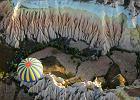 TURCJA KAPADOCJA. Niesamowity krajobraz Kapadocji w tureckiej Anatolii tworz� ska�y tufowe, z kt�rych naturalnie uformowa�y si� charakterystyczne grzybki i wie�e. Opr�cz form skalnych o najr�niejszych kszta�tach znajduj� si� tu liczne rozpadliny i w�wozy. Najwi�ksz� jednak atrakcj� Kapadocji s� podziemne miasta i ko�cio�y wydr��one w ska�ach przez mieszkaj�cych tu w III wieku chrze�cijan.