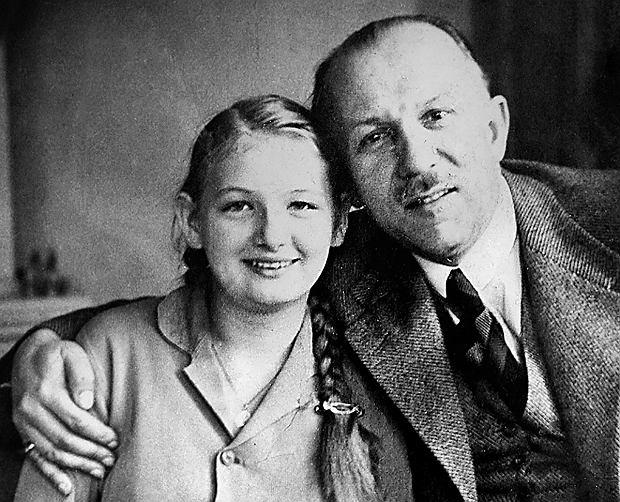 Bartel, jak pisze jego biograf Sławomir Kalbarczyk, przyjął zasadę, że w każdej chwili może się podać do dymisji. Podpisaną prośbę o zwolnienie ze stanowiska szefa rządu - wymagającą tylko wstawienia daty - nosił stale przy sobie, a to na wypadek, gdyby marszałek Piłsudski zwątpił w słuszność jego decyzji w sprawach państwowych. Na fotografii Kazimierz Bartel (1882-1941) z przybraną córką Cecylią.