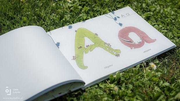 """Książeczka """"Animal abc - book to look"""" wprowadza dziecko w świat liter alfabetu i pierwszych słów w języku angielskim"""