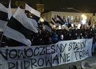 """""""Nowoczesny stadion, nie pudrowanie trupa"""". Manifestacja kibiców Sandecji pod sądeckim ratuszem"""