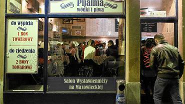 Warszawa. Ten lokal na Mazowieckiej w sobotnią noc skontrolowali policjanci. Tym razem stwierdzili, że sprzedaje alkohol bez koncesji