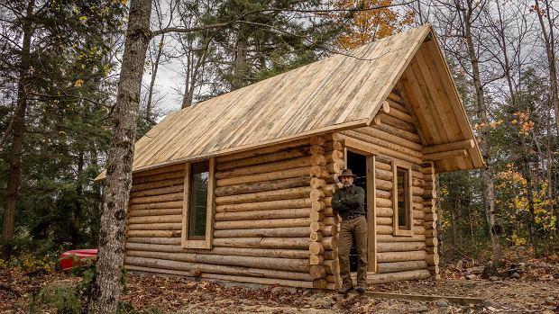 W pół roku zbudował drewniany dom bez użycia ciężkich narzędzi, a całość uwiecznił na filmie
