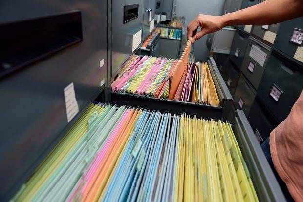 Firmy nie będą już musiały trzymać akt pracowników przez 50 lat. Od 2019 r. wystarczy 10 lat. Pensję zamiast do ręki będę przelewane na konto Od 2019 r. akta pracownicze będą przechowywane tylko 10 lat. Pracodawcy będą też mogli tworzyć elektroniczne bazy dokumentów.