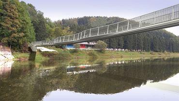 Tak ma wyglądać kładka nad jeziorem Bystrzyckim w Zagórzu Śląskim. W powietrzu kładkę będzie utrzymywać kilkanaście lin zakotwiczonych w skałach. Będzie miała prawie 126 m długości, 2,4 m szerokości na węższych odcinkach i do 4,9 m w miejscach, gdzie staną ławy